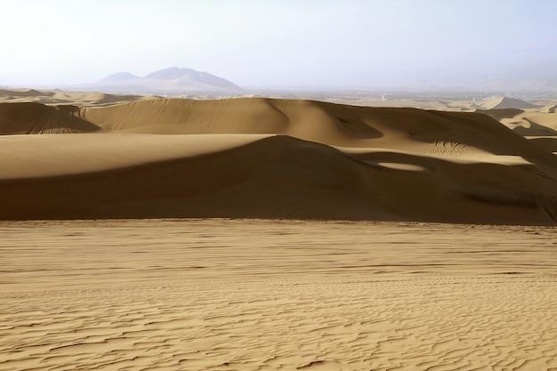 La dune de sable du désert de huacachina dans la région d'ica, au pérou, en amérique du sud