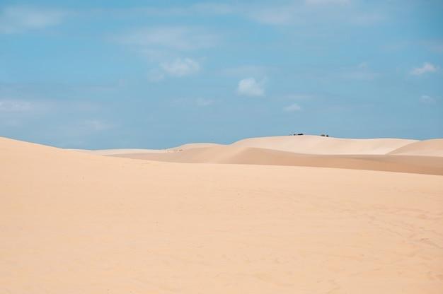 Dunes de sable blanc contre le ciel bleu