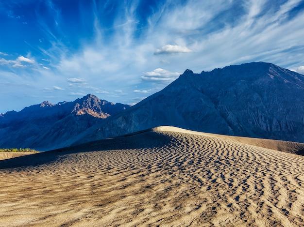 Dunes de sable dans les montagnes