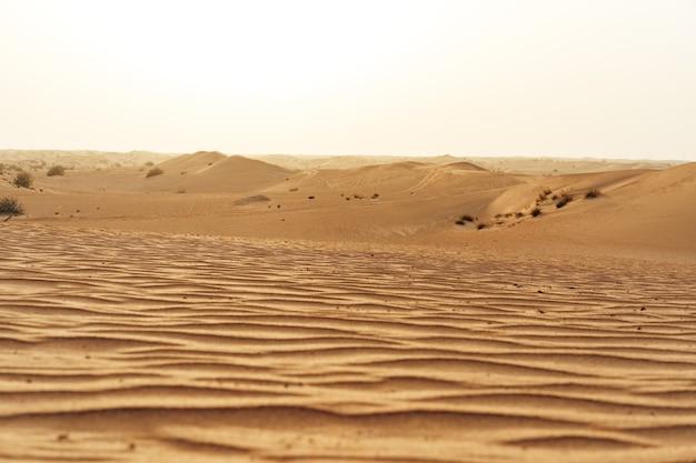 Dunes de sable jaune dans le désert de dubaï pour une surface