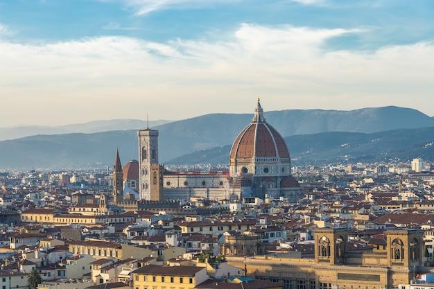 Duomo florence avec toits de la ville en toscane, italie.