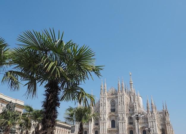 Duomo (qui signifie cathédrale) à milan