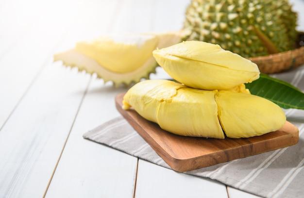 Durian frais (mois) sur sac et table en bois blanc