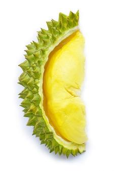 Durian frais mûr coupé sur blanc.