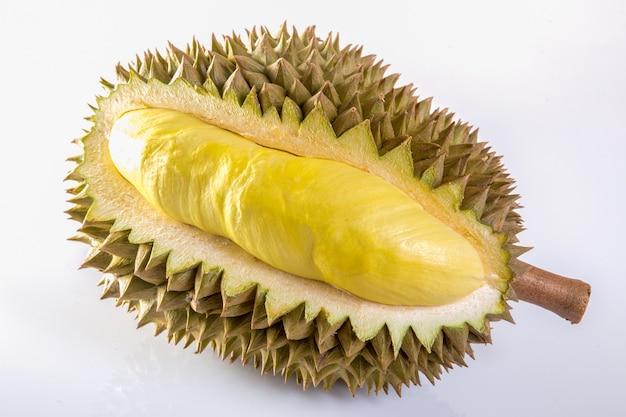 Durian isolé sur fond blanc