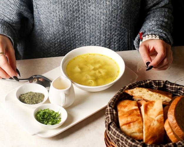 Dushbara traditionnel sur un bouillon et un panier avec du pain