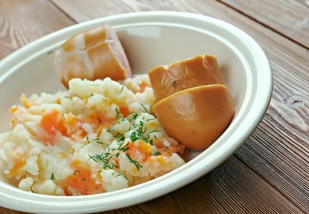 Dutch hutspot - plat de pommes de terre bouillies et écrasées, carottes et oignons. cuisine hollandaise traditionnelle.