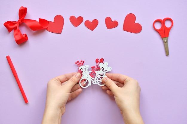 Dyi master - classe sur la création de cartes pour la saint-valentin. scrapbooking avec des conseils d'administration et réduction du vélo et des cœurs. instructions étape par étape.