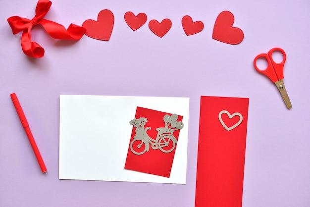 Dyi master - classe sur la création de cartes pour la saint-valentin. scrapbooking avec des conseils d'administration et réduction du vélo et des cœurs.