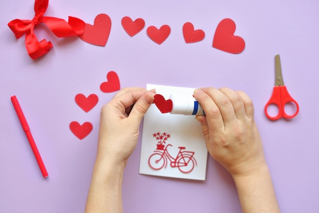 Dyi master - classe sur la création de cartes pour la saint-valentin. scrapbooking avec règle et coupe vélo rouge et coeurs.
