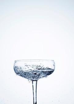 Dynamique de l'eau claire dans le verre