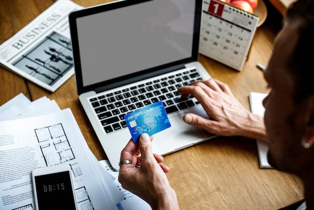 E-banking paiement connexion financière ordinateur portable