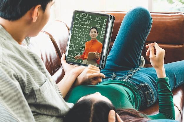 E-learning et éducation en ligne pour le concept des étudiants et des universités.