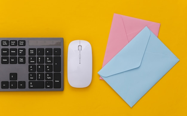 E-mail. clavier pc et enveloppes sur jaune.