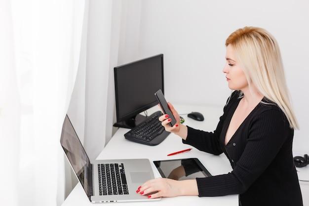E-shopping promotion d'entreprise en ligne concept shopaholic