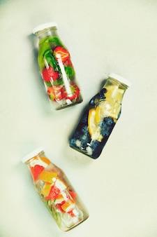 Eau aromatisée aux fruits détox