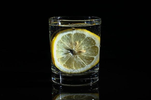 Eau au citron sur fond noir foncé