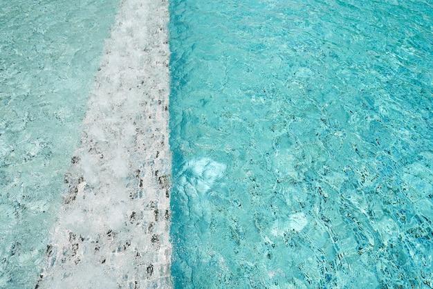 Eau bleu clair de la piscine