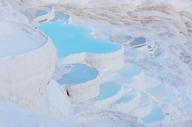 L'eau bleue dans les piscines de travertin de pamukkale