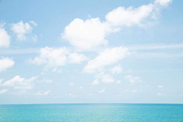Eau bleue infinie dans une île tropicale près de zanzibar