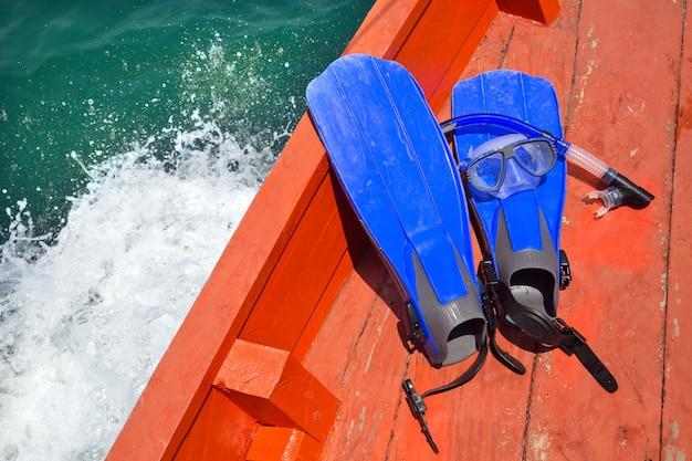 L'eau bleue plongée en apnée sur le plancher du bateau.