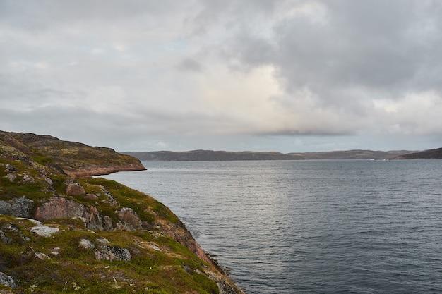 Eau calme du lac, bois de l'autre côté et ciel bleu. paysage.