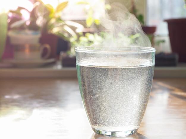 Eau chaude dans un verre. aspirine dans un verre.