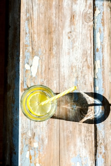 De l'eau avec un citron. concept d'été d'énergie et de pureté.