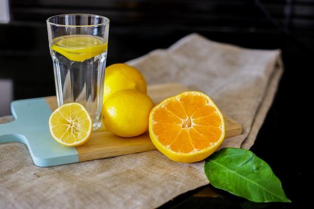 Eau de citron et orange en tranches sur la table