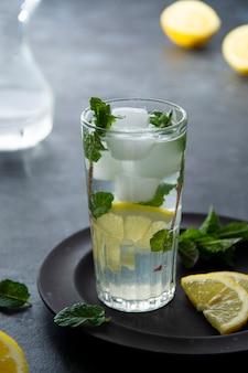 Eau citronnée. jus de citron frais avec un verre d'eau gazeuse. boisson d'été. detox, boisson stimulant le système immunitaire.