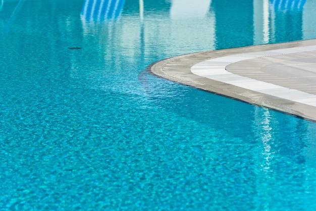 Eau claire bleu clair dans la piscine