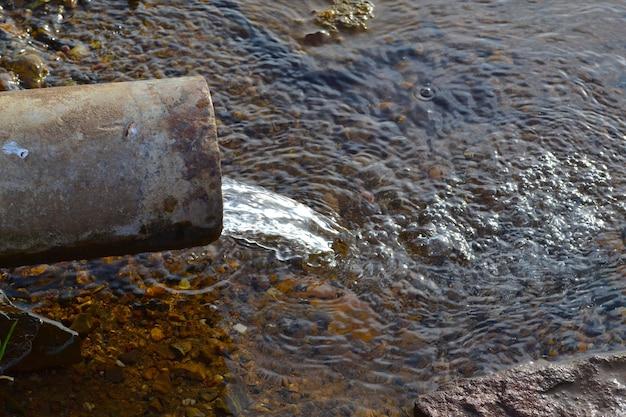 Eau clé de l'eau de source des entrailles de la terre