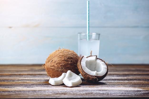Eau de coco dans la composition avec une noix de coco ouverte à chair blanche