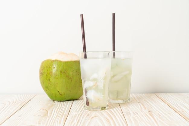 Eau de coco ou jus de coco en verre avec glaçon