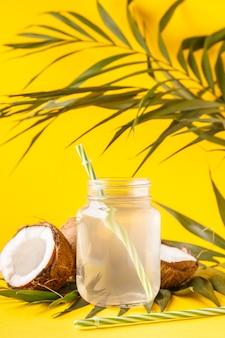 Eau de coco et noix de coco sur un pastel vif