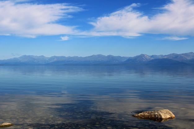 Eau cristalline du lac et des montagnes