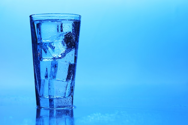 Une eau cristalline avec de la glace
