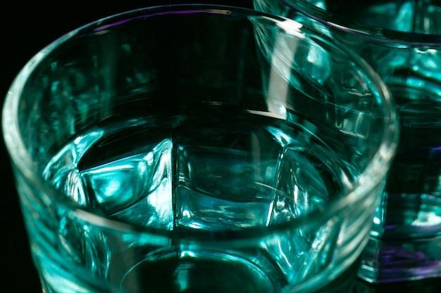 L'eau dans deux verres sur fond lilas