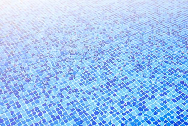 Eau dans la piscine fond bleu
