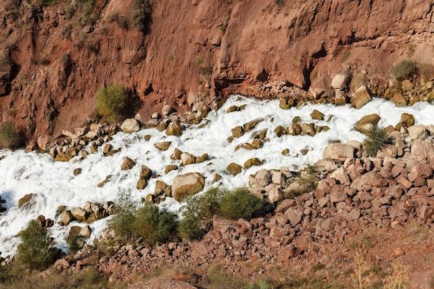 L'eau dans la rivière qui fait rage en montagne.