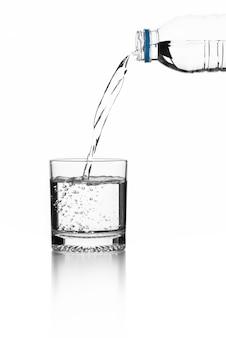 L'eau dans un verre sur fond blanc