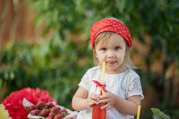 Eau de désintoxication infusée à la fraise et à la menthe. limonade aux fraises avec glace et menthe comme boisson estivale rafraîchissante dans des bocaux. boissons gazeuses froides avec des fruits.