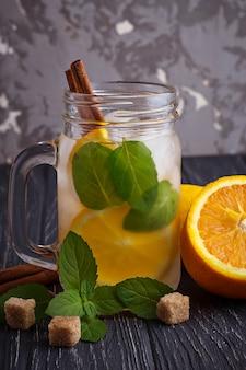 Eau de désintoxication à l'orange, à la menthe et à la cannelle dans un bocal