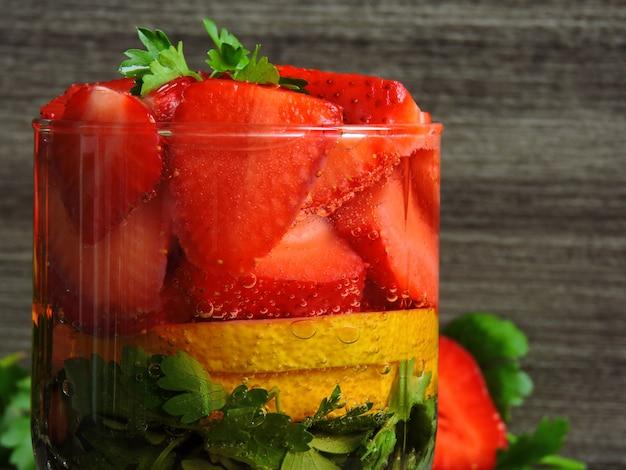 Eau détox aux fraises et citron.