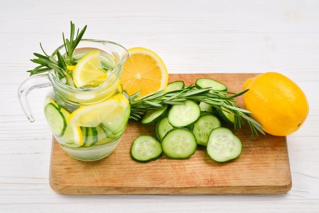 Eau détox froide et rafraîchissante au citron, concombre, romarin et glace dans un bocal en verre. copyspace. bannière