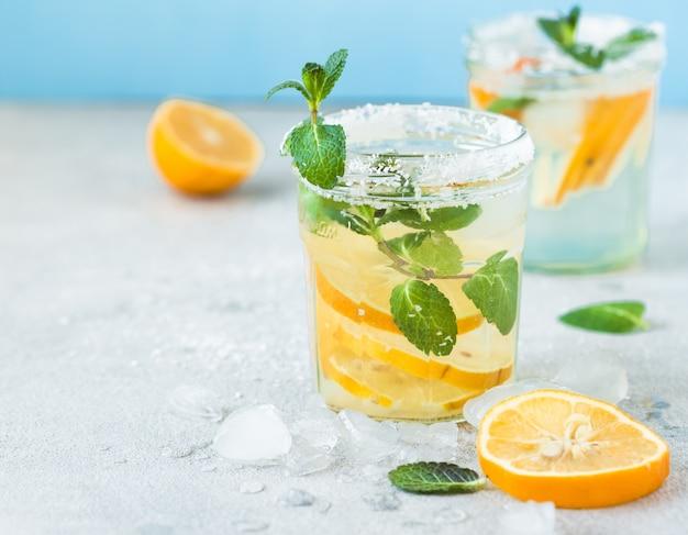 Eau détox avec jus de citron. eau citronnée.