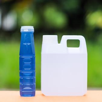 Eau douce dans un récipient sur la table avec fond de nature flou, eau douce pour boire