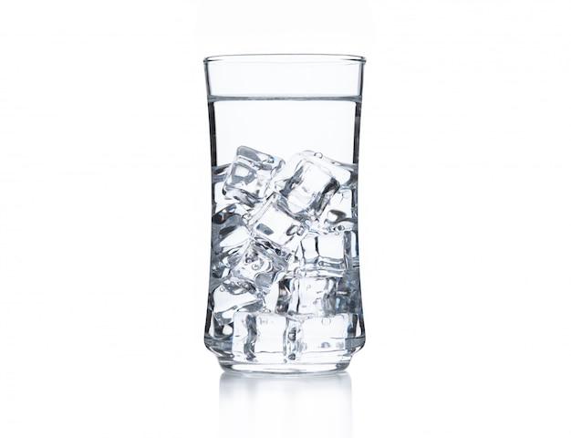 Eau douce avec de la glace en verre sur fond blanc