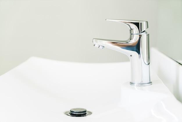 L'eau du robinet chaude jaune