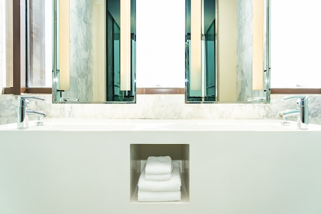 L'eau du robinet et la décoration de l'évier à l'intérieur de la salle de bain
